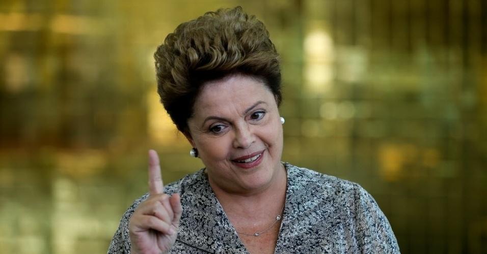 24.ago.2014 - A presidente Dilma Rousseff, candidata à reeleição, dá entrevista a jornalistas no Palácio do Alvorada, em Brasília, neste domingo (24). Entre outros temas, Dilma disse que a Petrobras está acima de atos de corrupção de seus funcionários