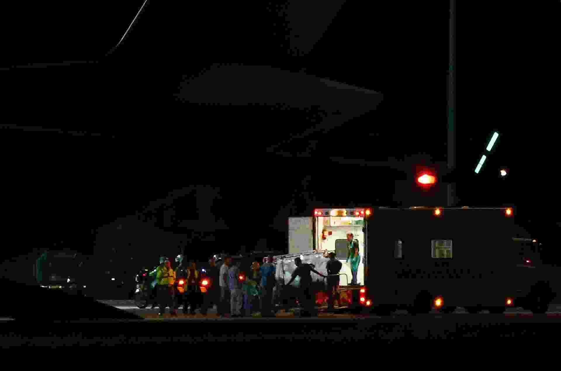 24.ago.2014 - Britânico infectado com vírus ebola chega a Londres neste domingo (24). O paciente foi transportado de Serra Leoa até seu país de origem em um avião ambulância da Força Aérea Real. O britânico fazia parte de uma equipe médica de uma ONG e é considerado o primeiro cidadão dessa nacionalidade a ser infectado pelo vírus, desde o início da epidemia em março - Andrew Winning/Reuters