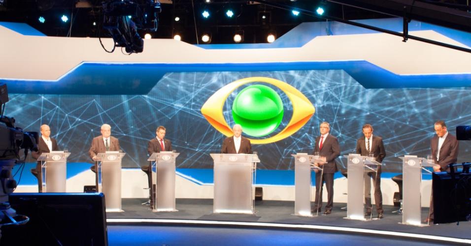 24.ago.2014 - Candidatos participam do primeiro debate da disputa eleitoral pelo governo do Estado de São Paulo, nos estúdios da Band, na zona sul da capital paulista. Da esquerda para a direita: Laércio Bencko (PHS), Gilberto Nataini (PV), Walter Ciglioni (PRTB), seguidos pelo mediador, o jornalista Boris Casoy, ao centro. Logo após o mediador, também da esquerda pela direita, Alexandre Padilha (PT), Paulo Skaf (PMDB) e Gilberto Maringoni (PSOL)