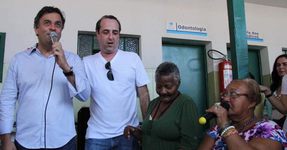 24.ago.2014 - O candidato à Presidência da República pelo PSDB, Aécio Neves, visita o asilo Cristo Redentor, na cidade do Rio de Janeiro (RJ), na manhã deste domingo