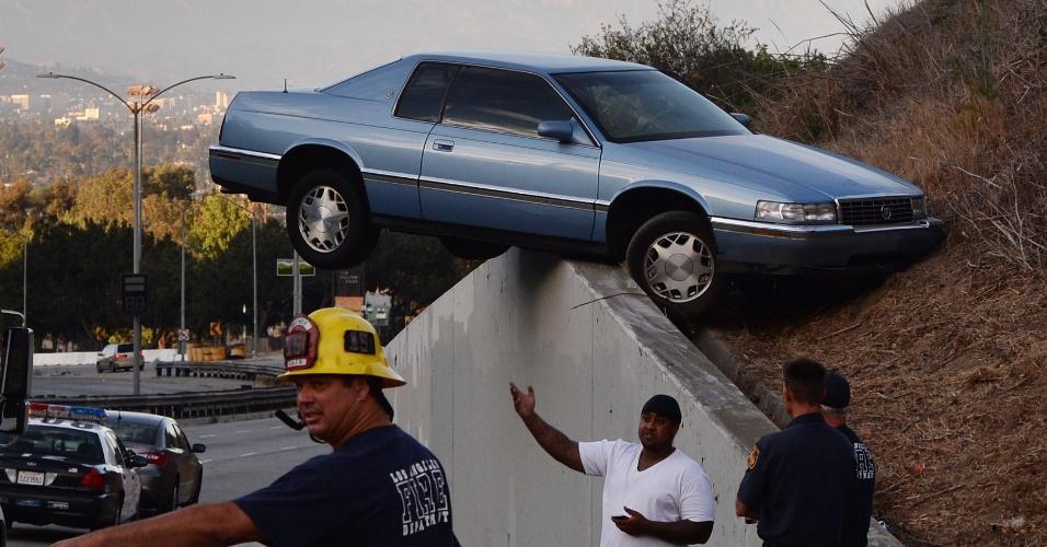 24.ago.2014 - Motorista perde o controle do carro e para sobre muro de concreto na South La Brea Ave, em Baldwin Hills, Los Angeles (EUA)