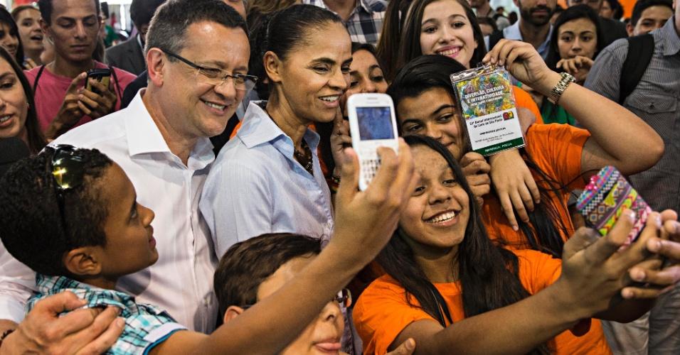 """25.ago.2014 - A candidata à Presidência do PSB, Marina Silva, e o seu vice, Beto Albuquerque, posam para """"selfies"""" durante visita à Bienal do Livro, em São Paulo"""