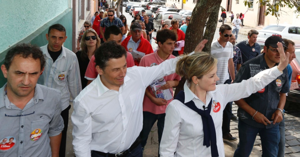 25.ago.2014 - A candidata ao governo do Paraná pelo PT, Gleisi Hoffmann, faz caminhada na cidade de Lapa nesta segunda-feira (25)