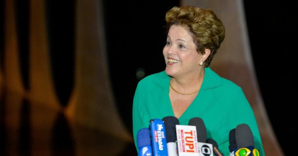 """25.ago.2014 - A um dia do primeiro debate com outros presidenciáveis na TV, a candidata à reeleição Dilma Rousseff (PT) disse que vai se dedicar na campanha a """"esclarecer o que puder"""" e discutir propostas para o País. De acordo com a petista, a atual administração está construindo a base para um novo ciclo de crescimento econômico"""