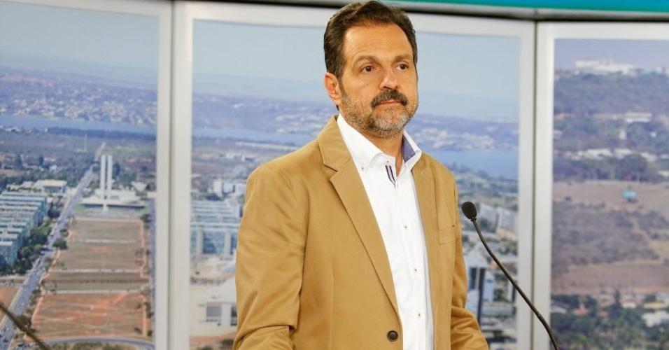 25.ago.2014 - Agnelo Queiroz (PT), candidato à reeleição, participa de debate dos candidatos ao governo do Distrito Federalpromovido pelo UOL, Folha de S. Paulo e SBT, em estúdio da filial do SBT em Brasília, nesta segunda-feira (25)
