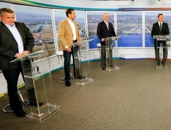 """25.ago.2014 - Candidatos ao governo do DF (Distrito Federal) participam de debate promovido pelo UOL, """"Folha de S.Paulo"""" e SBT nesta segunda. Da esquerda pra direira, os candidatos Rodrigo Rollemberg (PSB), Agnelo Queiroz (PT), Jose Roberto Arruda (PR), Toninho (PSOL) e Luiz Pitiman (PSDB)"""