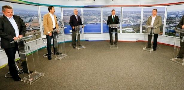 Candidatos ao governo do Distrito Federal durante debate promovido pelo UOL, Folha de S. Paulo e SBT