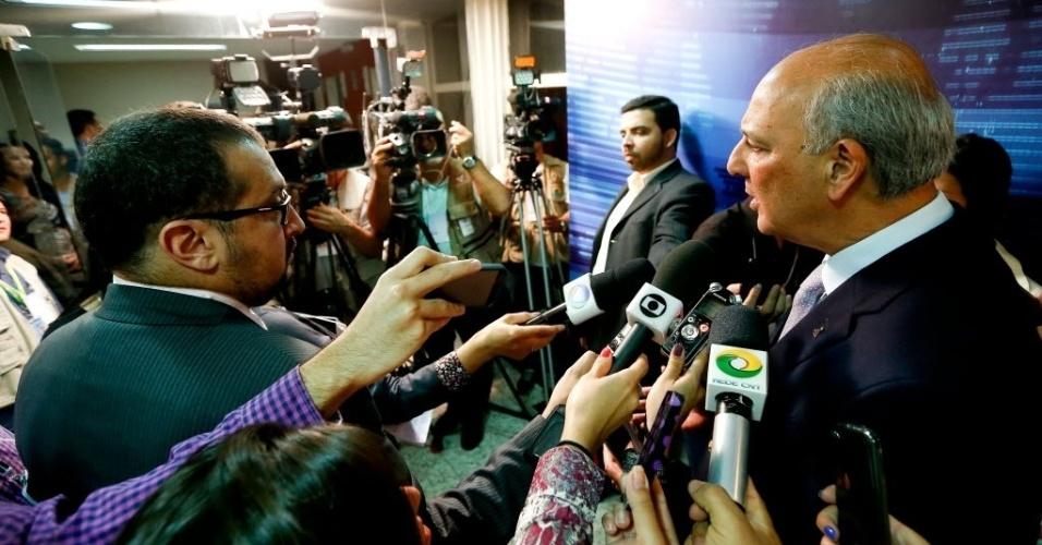 25.ago.2014 - José Roberto Arruda (PR) fala com jornalistas após deixar estúdio de filial do SBT em Brasília, após debate dos candidatos ao governo do Distrito Federal promovido pelo UOL,