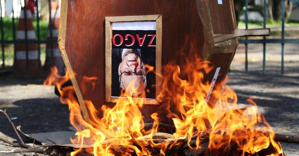 25.ago.2014 - Manifestantes queimam um caixão simbólico do reitor da USP, Marco Antonio Zago, em frente à Faculdade de Medicina, na avenida Doutor Arnaldo, em São Paulo (SP), na tarde desta segunda-feira (25). Estudantes e funcionários da universidade protestam contra a proposta de transferir o HU para o Estado e pedem reabertura de negociação salarial com a reitoria
