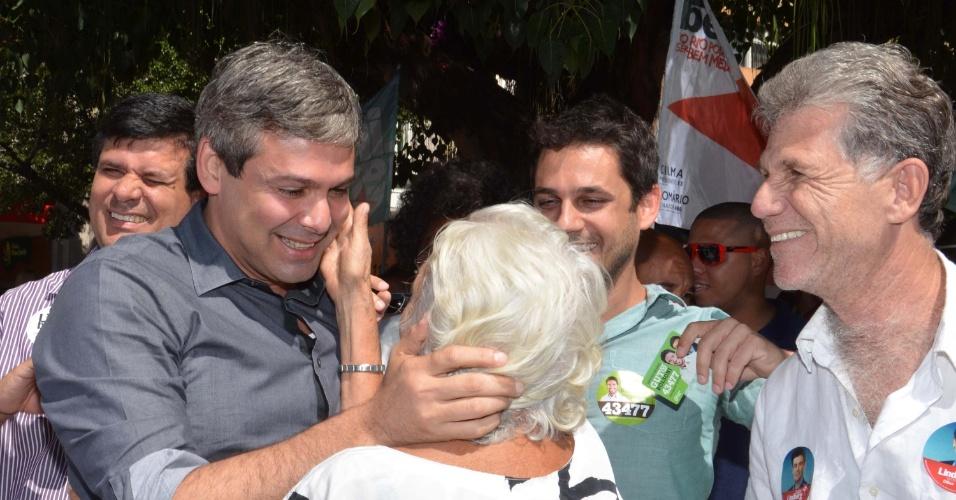 25.ago.2014 - O candidato ao governo do Estado do Rio de Janeiro pelo PT, Lindberg Farias, cumprimenta eleitora durante campanha no Largo do Machado, no Rio de Janeiro, nesta segunda-feira (25)