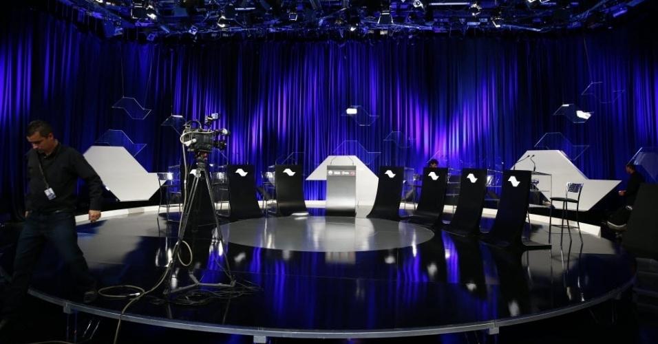 25.ago.2014 - O estúdio que vai abrigar o debate dos candidatos ao governo de São Paulo já está pronto, no SBT, em São Paulo, nesta segunda-feira (25). Participarão do debate promovido pelo UOL,