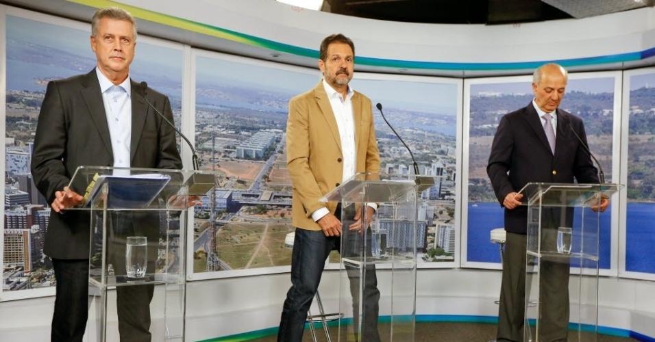 25.ago.2014 - Rodrigo Rollemberg (PSB), Agnelo Queiroz (PT), candidato à reeleição, e José Roberto Arruda (PR) se posicionam para início do debate dos candidatos ao governo do Distrito Federal promovido pelo UOL, Folha de S. Paulo e SBT, em estúdio da filial do SBT em Brasília, nesta segunda-feira (25). Participam cinco candidatos: Agnelo Queiroz (PT), candidato à reeleição; José Roberto Arruda (PR), Luiz Pitiman (PSDB), Rodrigo Rollemberg (PSB) e Toninho (PSOL)