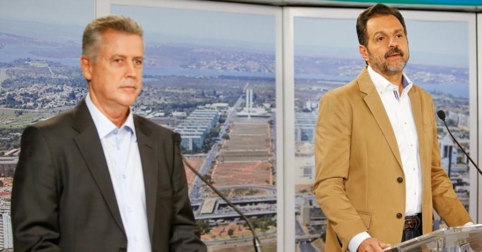 25.ago.2014 - Rodrigo Rollemberg (PSB) e Agnelo Queiroz (PT), candidato à reeleição, participam de debate dos candidatos ao governo do Distrito Federal, promovido pelo UOL, Folha de S. Paulo e SBT, em estúdio da filial do SBT em Brasília, nesta segunda-feira (25)