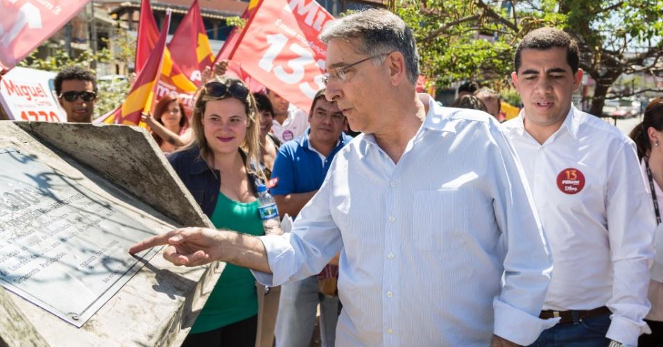 25.ago.2014 - O candidato do PT ao governo de Minas Gerais, Fernando Pimentel, visita obra na região de Venda Nova, em Belo Horizonte
