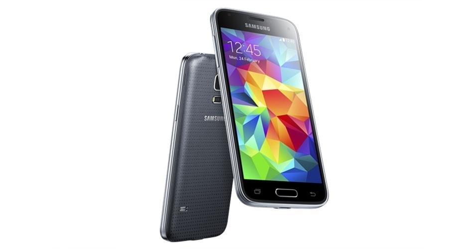 26.ago.201 - Samsung lança no mercado brasileiro uma versão mais simples do Galaxy S5 chamada Galaxy S5 Mini. O smartphone tem tela de 4,5 polegadas, sistema Android 4.4, processador quad-core (de quatro núcleos) de 1,4 GHz, duas câmeras (traseira de 8 megapixels e frontal de 2,1 megapixels). O dispositivo tem 16 GB de memória interna e 1,5 GB de memória RAM. Preço sugerido: R$ 1.500