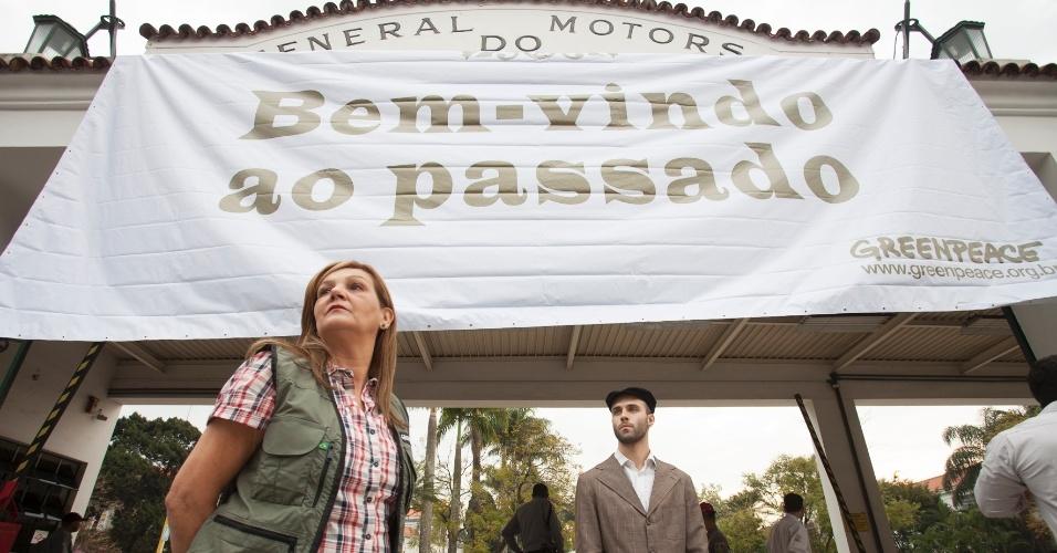 26.ago.2014 - Ativistas do Greenpeace fazem ato em frente a um dos portões da Chevrolet, em São Caetano do Sul, em São Paulo, para lembrar a empresa de que é hora de se modernizar e de investir na eficiência energética de seus veículos
