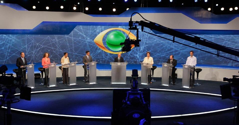 26.ago.2014 - Candidatos participam do primeiro debate presidencial promovido pela TV Bandeirantes em São Paulo, nesta terça-feira. Da esquerda para direita, os candidatos Pastor Everaldo (PSC), Luciana Genro (PSOL), Marina Silva (PSB), Aécio Neves (PSDB), Dilma Rousseff (PT), Levy Fidelix (PRTB) e Eduardo Jorge (PV)