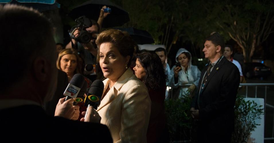 26.ago.2014 - Dilma Rousseff (PT) fala com jornalistas antes do início do primeiro debate presidencial das eleições 2014, promovido pela TV Bandeirantes nesta terça-feira, em São Paulo,