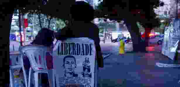 Manifestantes e familiares de Rafael Braga Vieira em vigília na porta do TJ-RJ, em agosto de 2014 - ErbsJr./Frame/Estadão Conteúdo