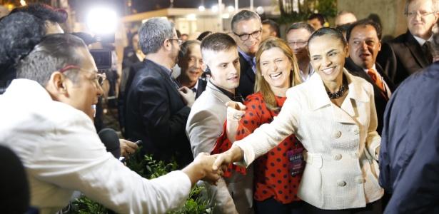 Marina Silva, candidata do PSB à presidência, fala com eleitores em sua chegada aos estúdios da TV Bandeirantes, em São Paulo - Marlene Bergamo/Folhapress