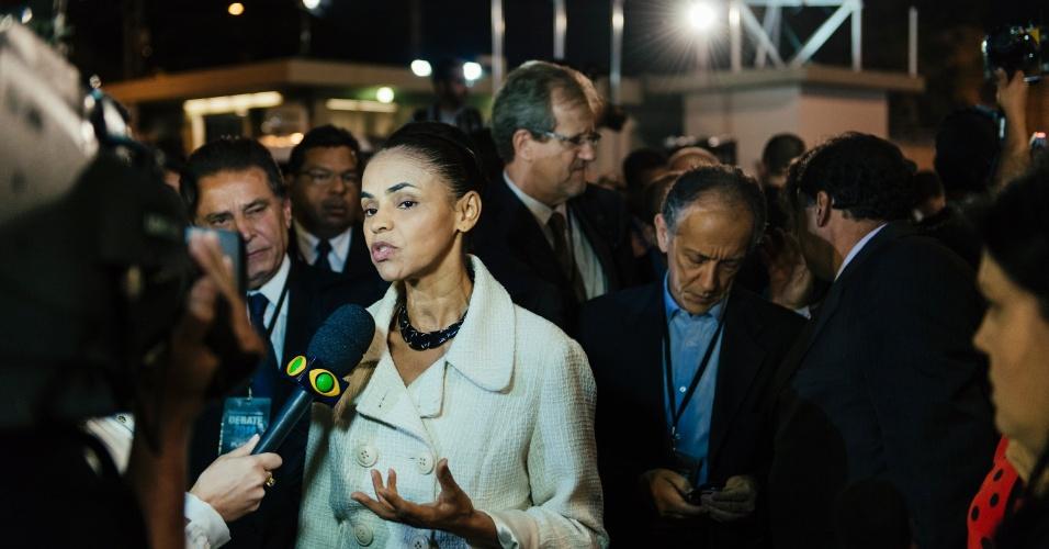 26.ago.2014 - Marina Silva (PSB) responde perguntas de jornalistas antes de entrar nos estúdios da TV Bandeirantes, em São Paulo, para participar do primeiro debate entre presidenciáveis das eleições de 2014