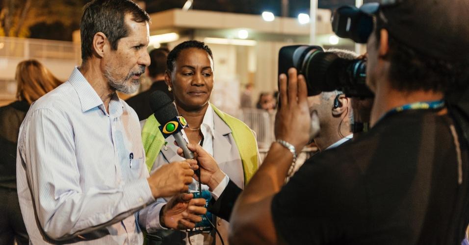 26.ago.2014 - O candidato do PV à Presidência, Eduardo Jorge, responde perguntas de jornalistas ao chegar aos estúdios da TV Bandeirantes, em São Paulo, para participar do primeiro debate entre presidenciáveis das eleições de 2014