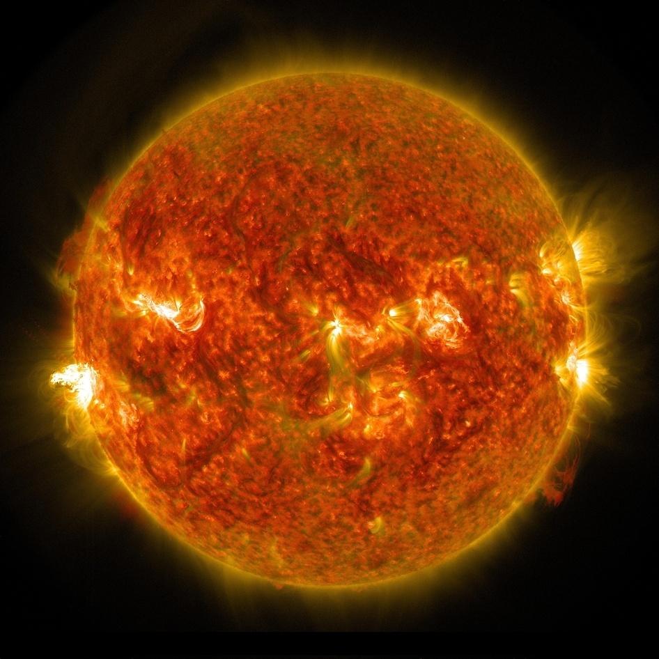 26.ago.2014 - O Observatório das Dinâmicas Solares da Nasa (agência espacial americana) divulgou nesta terça-feira (26) esta imagem de uma explosão solar ocorrida no dia 24. Pode-se ver as explosões de radiação no lado esquerdo do sol. A radiação não consegue passar pela atmosfera da Terra a ponto de afetar os humanos, mas quando se trata de explosões intensas, elas podem perturbar a camada em que operam sinais de GPS e comunicação. A explosão foi classificada como M5 -a categoria M é dez vezes mais poderosa do que a mais intensa das explosão, chamada classe X