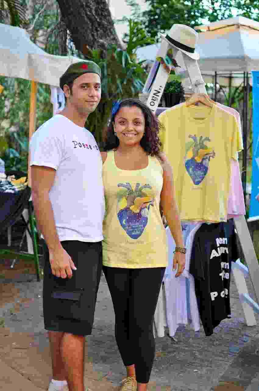 Os empresários Gledson Vinicius e Gabriela Santoro são os criadores da grife Poeme-se, do Rio de Janeiro, que faz camisetas, canecas, almofadas e brindes com trechos de textos de autores famosos - Getúlio Ribeiro/Divulgação