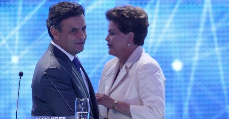 26.ago.2014 - A candidata à reeleição, Dilma Rousseff (PT), cumprimenta o adversário Aécio Neves (PSDB) ao se posicionar no palco do primeiro debate entre os presidenciáveis, promovido pela TV Bandeirantes nesta terça-feira