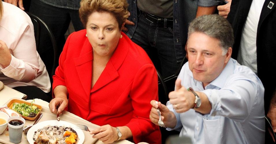 27.ago.2014 - A presidente e candidata à reeleição, Dilma Rousseff (PT), almoça com o candidato do PR ao governo do Rio de Janeiro, Anthony Garotinho, em restaurante popular no Rio de Janeiro, nesta quarta-feira (27)