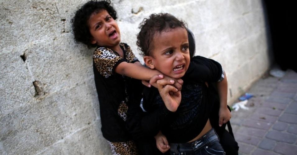 27.ago.2014 - Crianças choram durante funeral de seus irmãos, um de 16 e outro de 12 anos, mortos ontem em ataque aéreo israelense ao sul da Faixa de Gaza, antes da definição do cessar-fogo entre Israel e Hamas