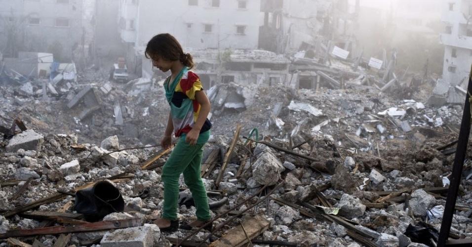 27.ago.2014 - Menina palestina anda sobre destroços da casa da sua família, parcialmente destruída por ataques aéreos israelenses na Faixa de Gaza, nesta quarta-feira