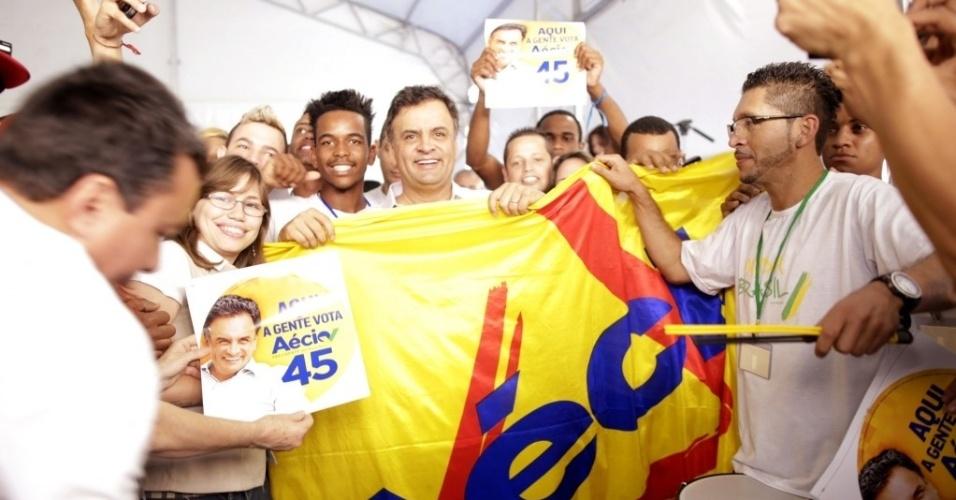 27.ago.2014 - O candidato à Presidência da República pelo PSDB, Aécio Neves, participou, nesta quarta-feira (27), em São Paulo (SP), do lançamento do portal 'Vamos Agir', iniciativa de voluntários da campanha