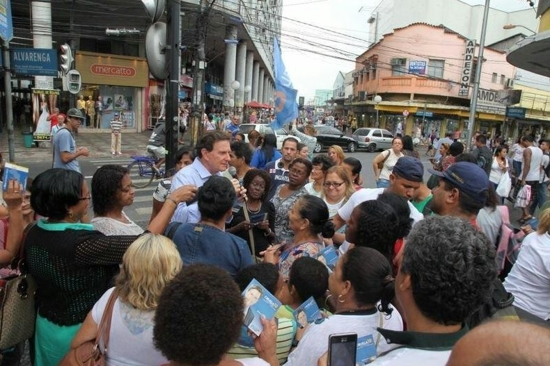 27.ago.2014 - O candidato ao governo do Estado do Rio de Janeiro pelo PRB, Marcelo Crivella, fala no microfone em evento de campanha no calçadão de Duque de Caxias, na Baixada Fluminense