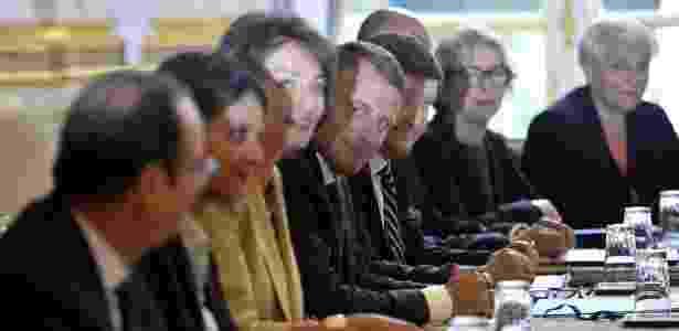27.ago.2014 - O novo ministro da Economia francês, Emmanuel Macron (ao centro), participa de sua primeira reunião de gabinete no palácio presidencial do Eliseu, em Paris (França) - Fred Dufour/AFP - Fred Dufour/AFP