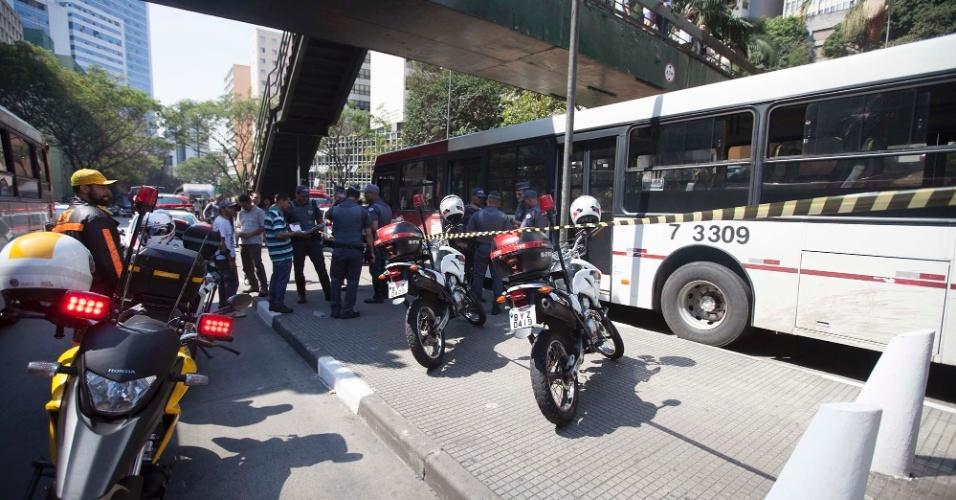 27.ago.2014 - Duas pessoas entraram em um ônibus com uma arma de brinquedo e começaram a roubar os celulares dos passageiros. Um policial à paisana reagiu e atirou nos dois; um morreu e o outro foi para o hospital Santa Casa. O material que estava sendo roubado foi recuperado. O tiroteio aconteceu nesta quinta-feira (27) quando o ônibus estava na avenida Nove de Julho, em São Paulo