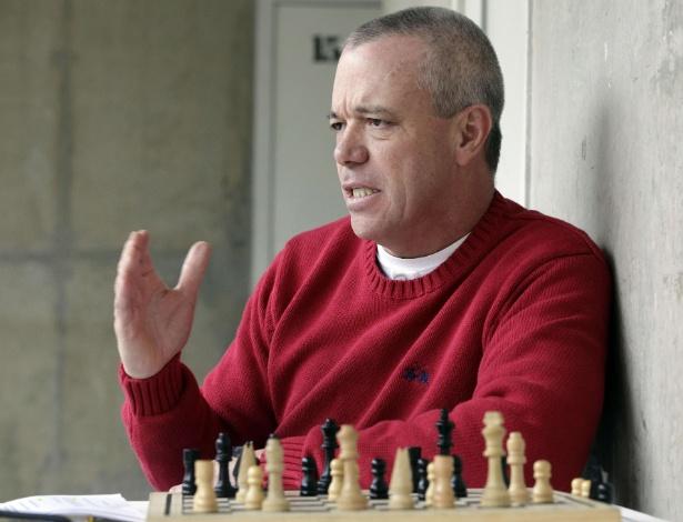 """Em foto de 18 de janeiro de 2013, John Jairo Velásquez Vasquez, conhecido como """"Popeye"""", joga jadrez em prisão de Combita, na Colômbia"""