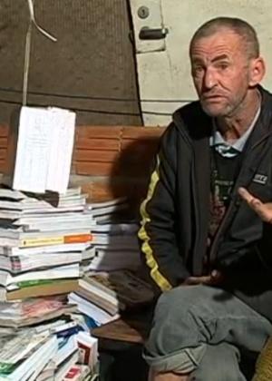 O catador Antônio Osni Monn denunciou o descarte irregular de cerca de 3.000 livros didáticos em SC - Reprodução/TV