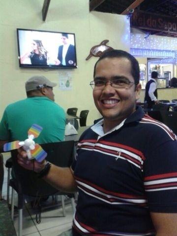 O professor Carlos Cristian Gomes estava na escola em que leciona biologia quando foi atingido por cinco tiros