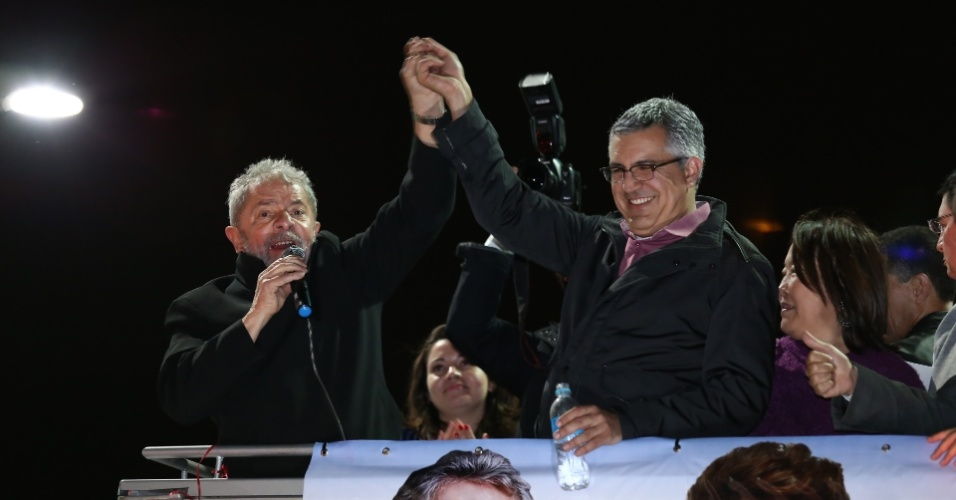 28.ago.2014 - Acompanhado do ex-presidente Lula, o Candidato ao governo do Estado de São Paulo pelo PT, Alexandre Padilha, percorre as ruas do centro de São José dos Campos, a 97 km de São Paulo, em um caminhão, nesta quinta-feira (28). A campanha da presidente Dilma Rousseff pediu ao Google para retirar do ar, na internet, uma montagem em vídeo que mostra o ex-presidente Luiz Inácio Lula da Silva (PT) pedindo votos para candidata do PSB à Presidência, Marina Silva