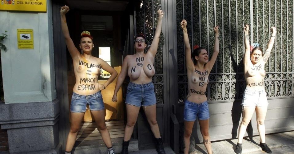 28.ago.2014 - Ativistas do Femen protestam em frente ao Ministério do Interior, em Madri, e pedem
