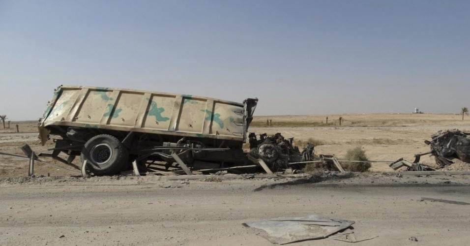 28.ago.2014 - Caminhão do exército iraquiano é visto queimado às margens de estrada em de Haditha, ao noroeste de Bagdá