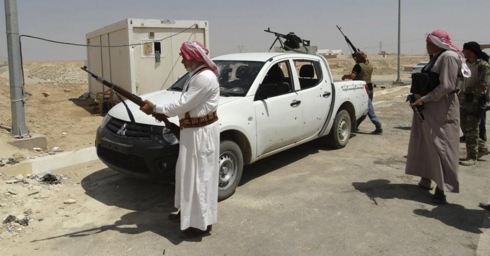 28.ago.2014 - Guerrilheiros tribais fazem ronda armados contra possíveis avanços dos jihadistas do Estado Islâmico em Haditha, no noroeste de Bagdá