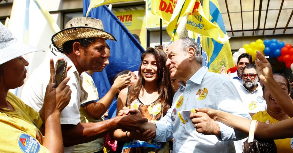 28.ago.2014 - O candidato a governador de Minas Gerais, Pimenta da Veiga (PSDB) faz campanha na rua em Belo Horizonte, nesta quinta-feira