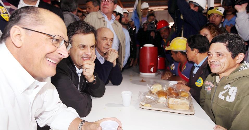 28.ago.2014 - O candidato à reeleição ao governo de São Paulo, Geraldo Alckmin (PSBD), toma café da manhã com trabalhadores da construção civil em São Paulo, ao lado do candidato tucano ao Planalto, Aécio Neves, e do candidato tucano ao Senado, José Serra