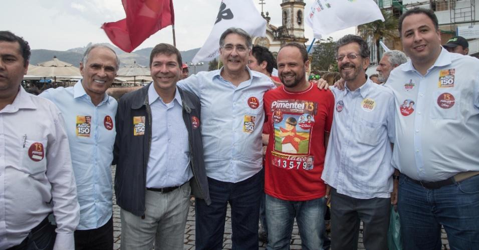 28.ago.2014 - O candidato do PT ao governo de Minas Gerais, Fernando Pimentel, posa com leitores durante caminhada no centro da cidade de Ouro Preto