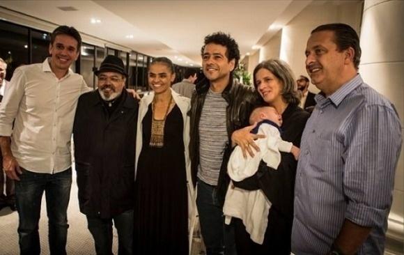O ator Marcos Palmeira terceiro (da direita para a esquerda) é apoiador das ideias de Marina Silva. Na foto, de junho deste ano, outros artistas --como o cantor Jorge Aragão (segundo da esquerda para a direita)-- participaram de jantar em que Eduardo Campos, então candidato do PSB, apresentou suas propostas de governo