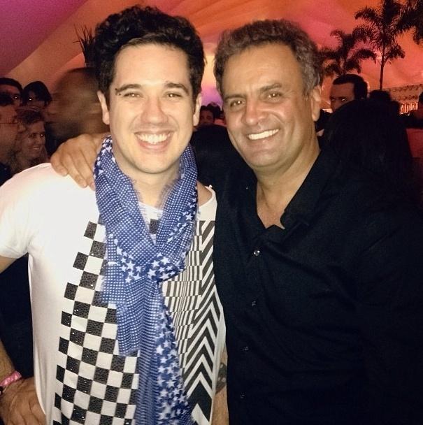 O cantor da banda Jota Quest, Rogério Flausino, apoiou o governo de Aécio Neves em Minas Gerais e deve ser um dos eleitores do candidato à Presidência em 2014