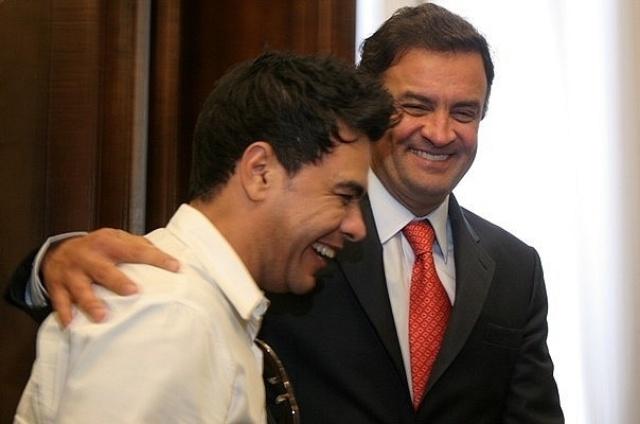 O cantor Zezé di Camargo demonstrou que irá votar em Aécio Neves na eleição presidencial de 2014