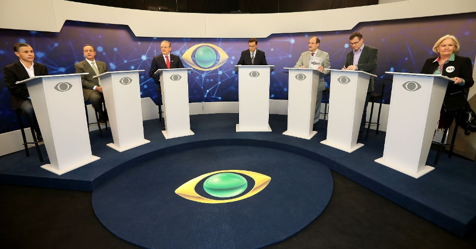 28.ago.2014 - Participam de debate com candidatos ao governo do Rio Grande do Sul, da esquerda para a direita, João Carlos Rodrigues (PMN), Vieira da Cunha (PDT), Tarso Genro (PT), o apresentador Oziris Marins, José Ivo Sartori (PMDB), Roberto Robaina (PSOL) e Ana Amelia Lemos (PP), em Porto Alegre